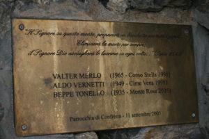 In cima una targa ricorda Giuseppe Tonello