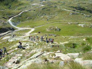 Salendo sul sentiero con vista su sterrata