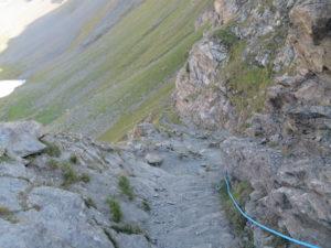 Si scende verso il Rifugio Arbolle, tratto con corda fissa