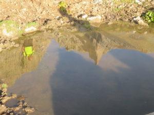 Gianni si specchia nella pozza d'acqua